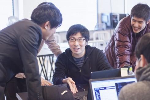 GEEKJOBのキャンプ生達がプログラミングを教え合っている様子