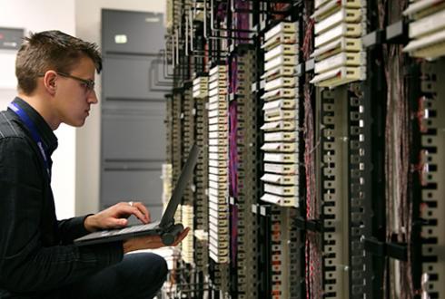ネットワークエンジニアとは?|仕事内容や必要な能力、転職方法を紹介