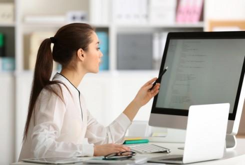 プログラマーは女性向きの職種?男女比や労働環境を解説