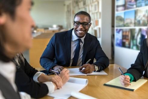 営業職からエンジニアへのキャリアチェンジについて解説|エンジニアになっても活かせるスキルとは?